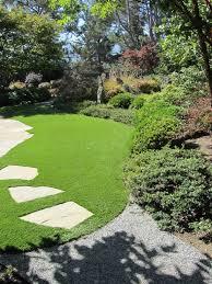 small lawn backyard garden design using green grass feat