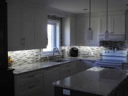 dosseret cuisine cuisine en polyester comptoir de quartz avec dosseret mosaïque