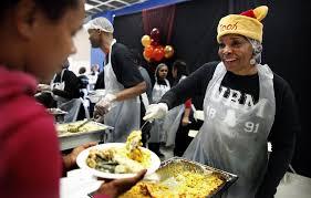 thanksgiving volunteer los angeles skid row shelter serves thanksgiving dinner to more than 4 000