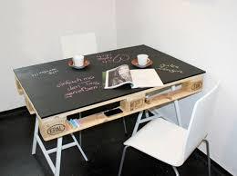fabriquer un bureau avec des palettes ingenious palette painted chalkboard table saw horses