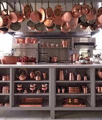 batterie de cuisine cuivre le cuivre élément décoratif intemporel des belles cuisines