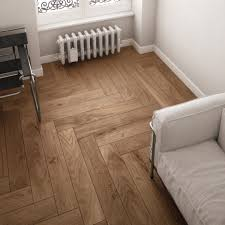 Laminate Ceramic Tile Flooring Suelos De Parquet The Herringbone Pattern Achieves A Contemporary
