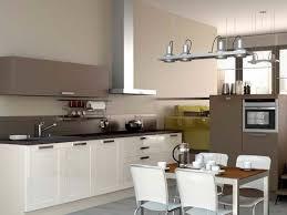 faience cuisine beige deco mur gris clair avec decoration cuisine bleu et jaune idees et