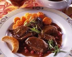 cuisiner du chevreuil au four recette selle de chevreuil sauce poivrade