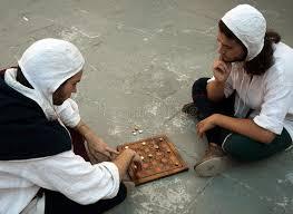 jeux de société cuisine deux hommes dans le costume jouant le jeu de société médiéval photo