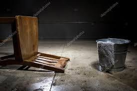 chambre des tortures chambre de avec un seau d eau photographie