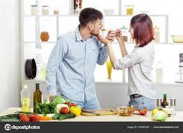 amour dans la cuisine amour heureux préparer la salade de légumes frais dans la