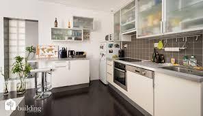 porte de la cuisine aide pour agencement séjour et cuisine ouverte