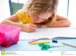 le bureau fille écriture de fille d enfant d étudiant d enfant avec des devoirs sur