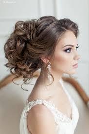 chagne pour mariage chignon et cheveux bouclés pour la mariée cheveux aux fleurs