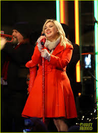 kelly clarkson is literally u0027wrapped in red u0027 for christmas taping