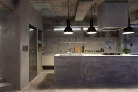 cuisine en beton cuisine en beton avec suspensions noirs