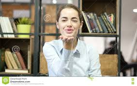 baiser volant par la femme bureau d intérieur vidéos