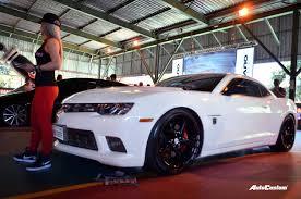 chevrolet camaro branco aro 20 rebaixado rodas pretas camaro branco aro 20 rebaixado loira tuning show brasil agosto 2017 jpg fit u003d1280 848