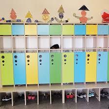 wandgestaltung kindergarten kindergarderobe seifenblase mit tür und je 2 ablagefächern