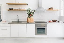 poser credence cuisine carrelage métro blanc dans la cuisine et la salle de bains lofts