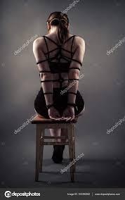 sur chaise femme de assise avec le dos sur chaise photographie
