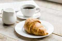 petit d駛euner au bureau petit déjeuner d affaires dans le bureau avec du café le lait et le