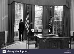 bureau president americain le président américain barack obama regarde par la fenêtre du bureau