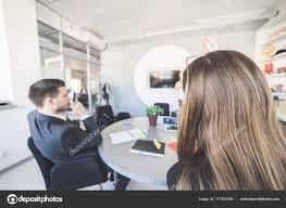 le bureau fille succès mec et fille travaillant dans le bureau assis à la