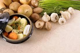 les herbes de cuisine plat de cocotte en terre avec les légumes et les herbes organiques d