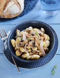 cuisiner les gnocchis recette gnocchis a poeler au fromage jambon et chignons recette