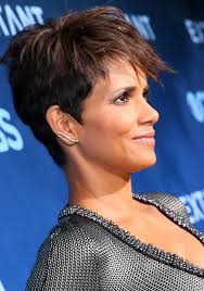 25 celebrities short hairstyles for older woman