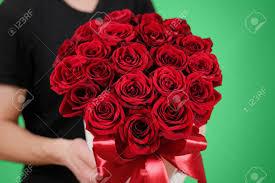 imagenes negro rico hombre en negro camiseta que sostiene en la mano rico bouquet de