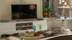 mensole sotto tv westwing mobile tv in legno grezzo fascino country chic