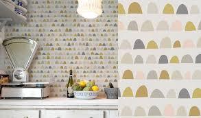 papier peint cuisine papiers peints naïfs pour une cuisine chaleureuse au fil des