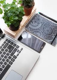 le de bureau blanche table blanche moderne de bureau avec l ordinateur portable le
