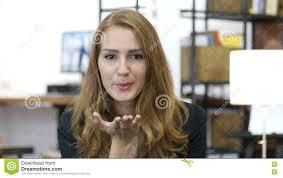 baise au bureau baiser volant par la fille dans l amour au travail employé de