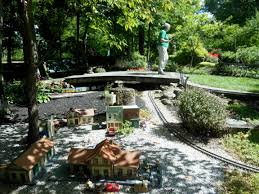 g scale garden railway layouts all aboard for a tour of five garden railways beesfirstappearance