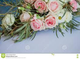 composition florale mariage composition florale sur la table fleurs et nappe blanche mariage