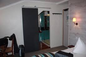 salle d eau chambre chambre vue sur porte salle d eau photo de hotel des rochers