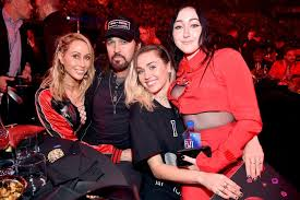 Miley Table L Iheartradio Awards 2017 Miley Cyrus Supports Noah Cyrus