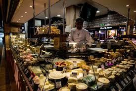 cours de cuisine halles de lyon fromagerie mons e boissy les halles de lyon paul bocuse