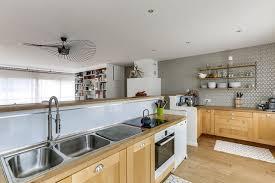 cuisine bois peint cuisine bois des cuisines tendance à copier côté maison
