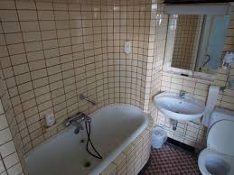 bathroom with subway tile file old bathroom with subway tiles jpg wikimedia commons
