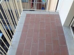 piastrelle balcone esterno pavimenti per balconi esterni idee di design per la casa