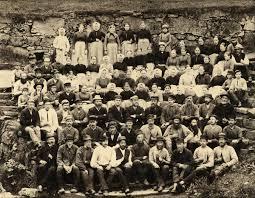 len f r k che gruppeportrett av arbeidarane ved salhus tricotagefabrik utanfor