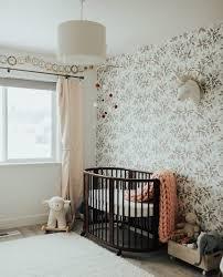 papier peint chambre b innovation ideas chambre avec papier peint 1001 astuces et id es pour choisir un enfant b fille lit bebe en bois marron roulettes jpg