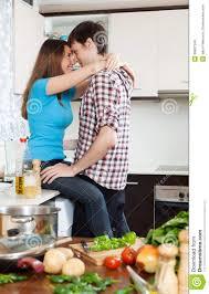 couples affectueux ayant le sexe à la table dans la cuisine image