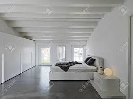 modernes schlafzimmer in der mansarde lizenzfreie fotos bilder