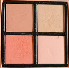 the palette conns four colors three blushers and one highlighter of 4 gr as you can see the packaging is not amazing especially when you throw into