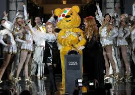 kylie minogue beams as she performs at the covent garden christmas