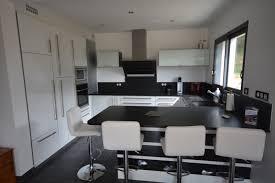 cuisine blanche avec plan de travail noir fabrication et pose de cuisine en bretagne finistère