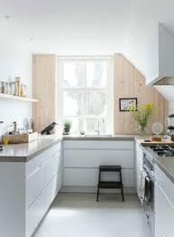 cuisine avec fenetre cuisine équipée avec l évier sous la fenêtre idées déco