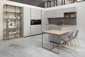 cocina sin tirador el color gris claro combinado con roble las