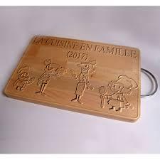 planche en bois cuisine personnaliser par gravure une planche à decouper en bois avec un texte